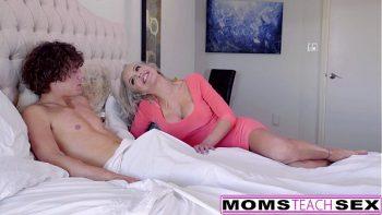 Pustan الذي هو محظوظ لممارسة الجنس مع اثنين من الشقراوات