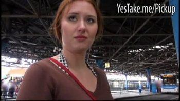 الهرة معلقة في محطة القطار في جمهورية التشيك تؤخذ إلى المنزل ومارس الجنس