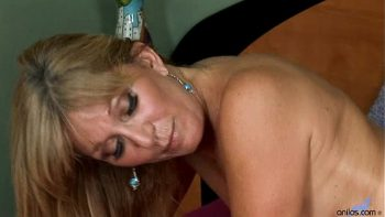 الجنس في غرفة النوم مع امرأة ناضجة لا تزال قيد الاستخدام