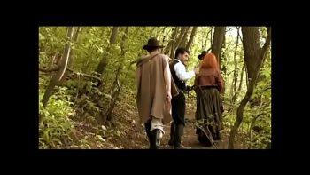 فيلم إباحي إيطالي مع امرأة سمراء و أحمر الشعر مارس الجنس في كس و ديك رومي