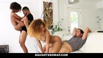 يمارس الجنس مع اثنين من المراهقين السود مع مالكي المنازل