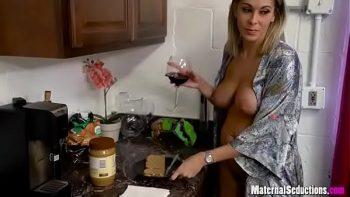 يضعها فيها بسرور بعد أن يسقيها الخمر