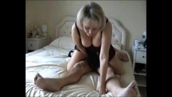 يقوم الزوج بتصوير زوجته المسنة سرًا عندما يمزقها إربًا