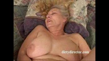 المرأة ذات الثدي الكبير تفرك بوسها حتى تصنع ضجة كبيرة