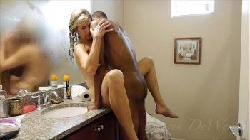 امرأة مسنة تمتص ديكها والملاعين رجل أسود في الحمام
