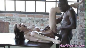 امرأة سمراء لطيف مارس الجنس بعمق في الحمار الأسود