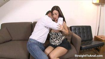 امرأة سمراء مع جولة الثدي مارس الجنس بقوة على الأريكة في المؤخرة