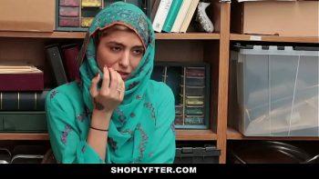 المسلمة تمتص قضيبه وتطلق سراحها في المستودع