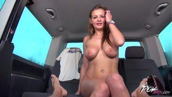 الجنس واللسان على ظهر السيارة