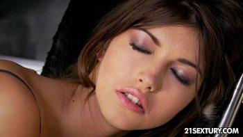 بعد أن مارس الجنس معها في الكعكة امرأة سمراء يحصل طريقها في فمها