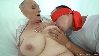بابوتا مع كبير الثدي اخترقت جيدا في بوسها من قبل صديقها الجميل والمثير
