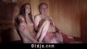 يمتص الطالب الديك ويمارس الجنس مع رجل عجوز في الساونا