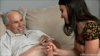 الرجل العجوز ذو الشارب يمارس الجنس مع ابنة أخته في فرجها البكر