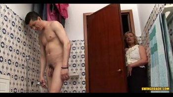 فاجأت امرأة عجوز عريسها عند الاستحمام ومارس الجنس معه