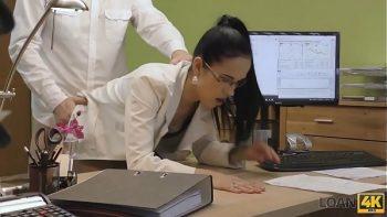 الممرضة والطبيب مارس الجنس في مكتبهم قبل الانتهاء من البرنامج