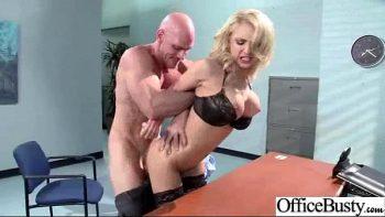 ممارسة الجنس في المكتب حيث يعمل يوما بعد يوم