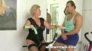 امرأة مسنة شقراء والدهون الملاعين مع مدرب اللياقة البدنية