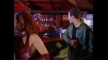 الشقراء الشريرة تمارس الجنس مع رجلين في حانة