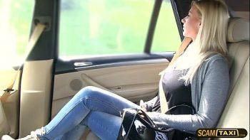 شقراء كس مارس الجنس في سيارة أجرة