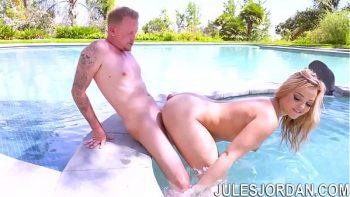 Fouge الصيف في حمام السباحة مع واحد لديه دولارات كبيرة