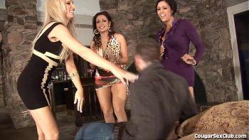 ثلاث فتيات يمارس الجنس مع واحد محظوظ