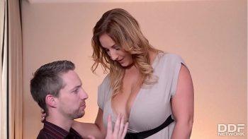 أستاذ الذي يغذي زوجته لشخيرها