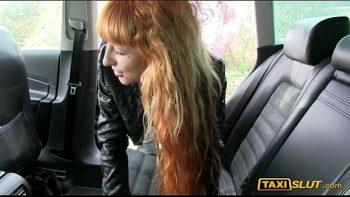 افتح الباب أمام السيارة وسرعان ما تسحب الحمار الصغير