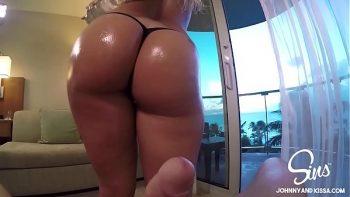 شقراء جيدة مارس الجنس في غرفة الفندق وأطلق سراحها على مؤخرتها الكبيرة