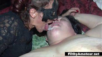 السمينون يمارسون الجنس مع رجل مع رفع صاحب الديك إلى أقصى الحدود