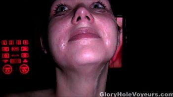 امرأة سمراء تمتص 2 كرات وتفريغها في الفم