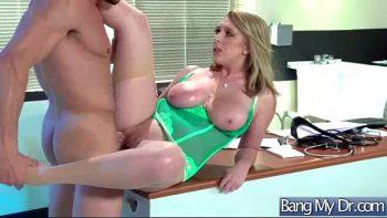 يمارس الطبيب ذو الثديين الكبير الجنس على المكتب في المكتب