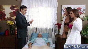 الممرضات تفحص الرجل بحثا عن نزلة برد