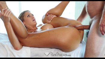 المرأة تدير لممارسة الجنس ولها هيئة جذابة للغاية
