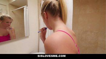 تغسل أسنانها قبل امتصاصها