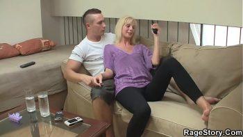 الزوجة التي تريد ديكًا عاجلاً من أصغرها
