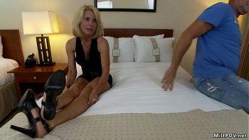 رجلين يمارس الجنس مع الأم بشكل ممتع