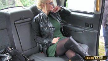 شقراء مارس الجنس في سيارة أجرة