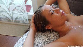 امرأة سمراء مثير يجعل اللسان ويحصل على وجهها مجانا