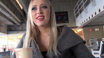 يأخذ المرأة الروسية لتناول القهوة ثم يصاب بالجنون