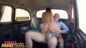 إنها تقود سيارة أجرة زوجها ، لكنها تخدع الرجال
