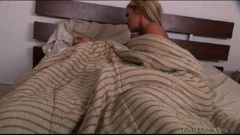 إنها تستيقظ زوجها يريد أن يمارس الجنس
