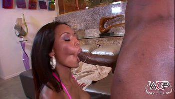 Negresa مع الحمار ضخمة مارس الجنس من قبل صديقها