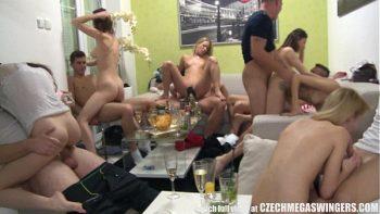 ممارسة الجنس مع العربدة العديد من الطلاب والطلاب الذين يمارسون الجنس