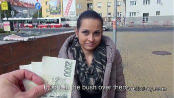 في مقابل المال ، يقبل أن يمارس الجنس معه في ضواحي المدينة