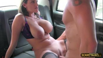 تحصل مارس الجنس جبهة مورو شقراء مع بابا كبير في سيارة أجرة