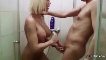 جبهة مورو شقراء الألمانية مع ديكس كبيرة مارس الجنس من قبل شاب في الحمام