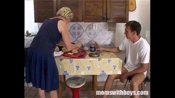 امرأة ناضجة مارس الجنس في المطبخ