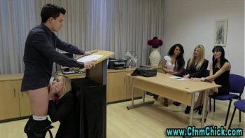 أثناء عقد جلسة يتم امتصاصه من قبل ديك شقراء