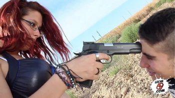 وهددها بالمسدس إذا لم يسمح لها بالامتصاص