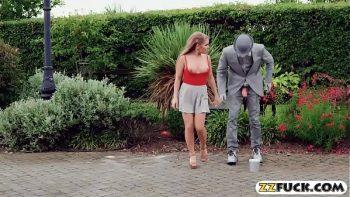 إنه يريد أن تمارس الفتاة الجنس في الشارع لرؤيتها جميعًا